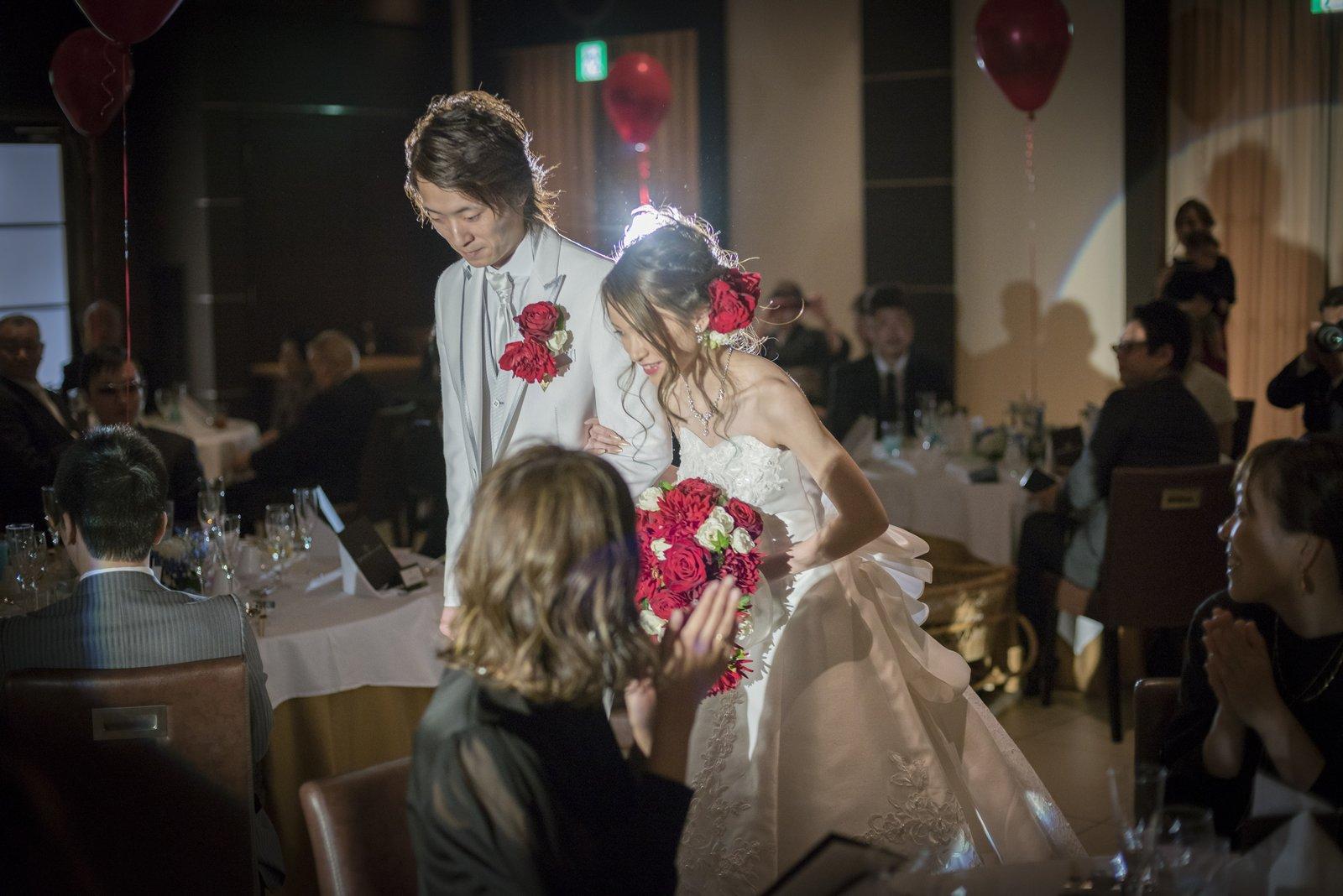 高松市の結婚式場アイルバレクラブの披露宴会場の入場シーン