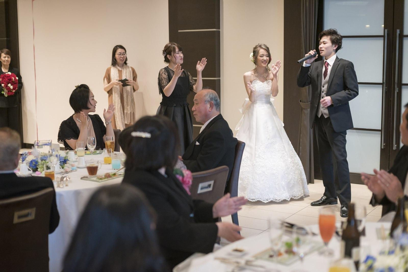 高松市の結婚式場アイルバレクラブの新婦退場シーンで生歌を披露する弟様
