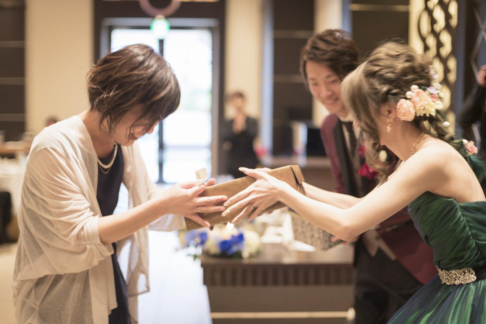 高松市の結婚式場アイルバレクラブのサプライズプレゼントを渡す新婦