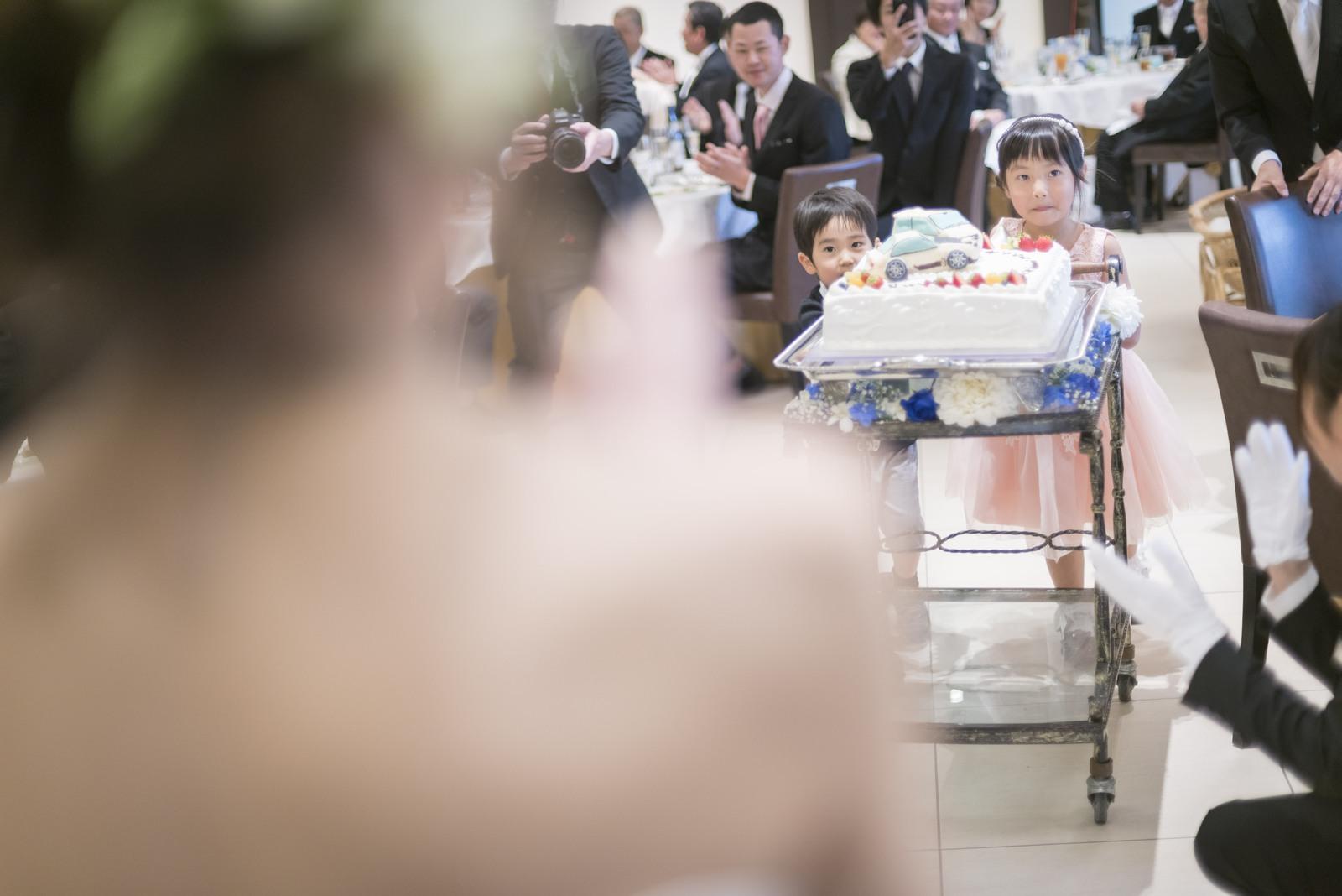 高松市の結婚式場アイルバレクラブでウエディングケーキをお子様ゲストに運んでもらう