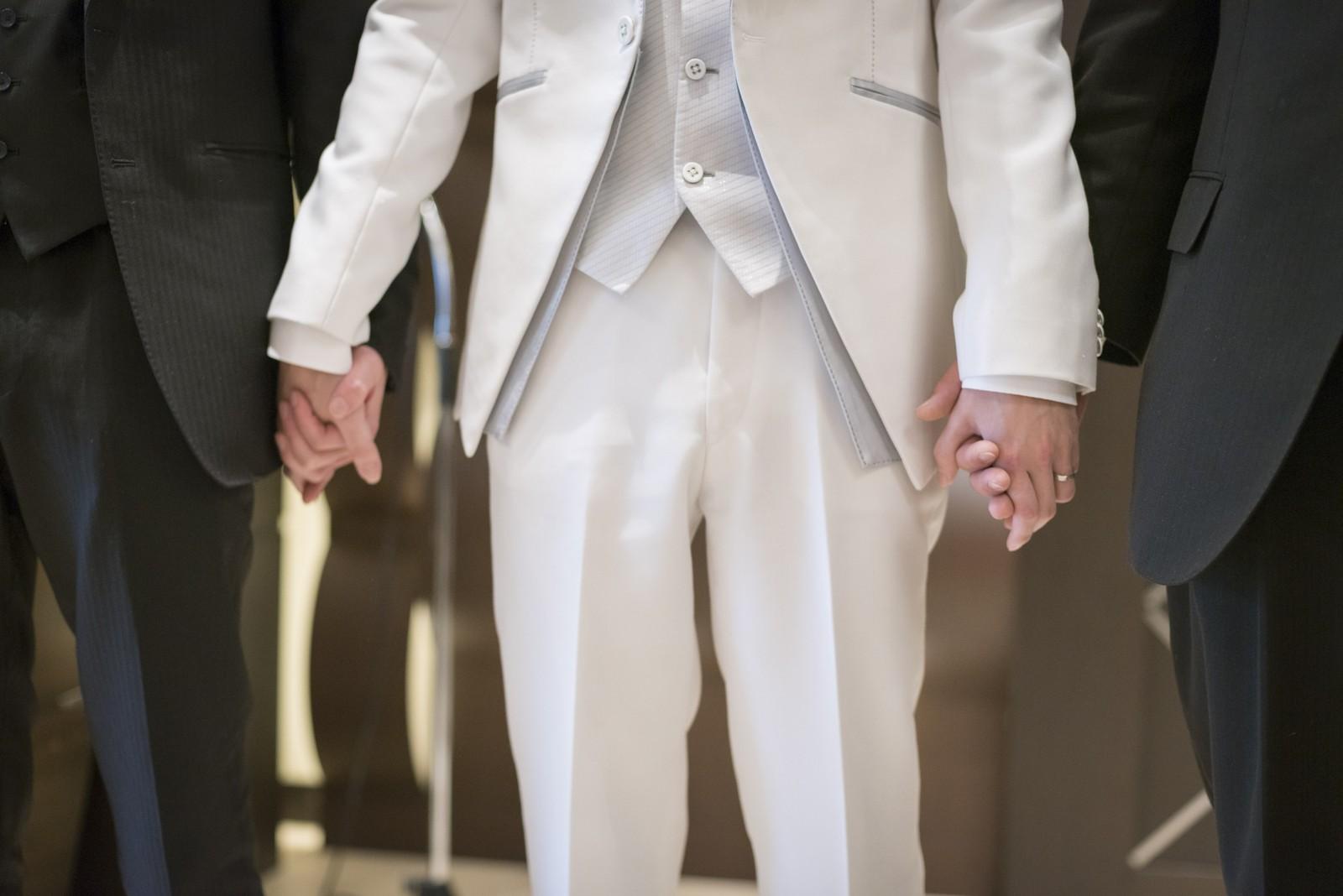 高松市の結婚式場アイルバレクラブで友人と退場する新郎