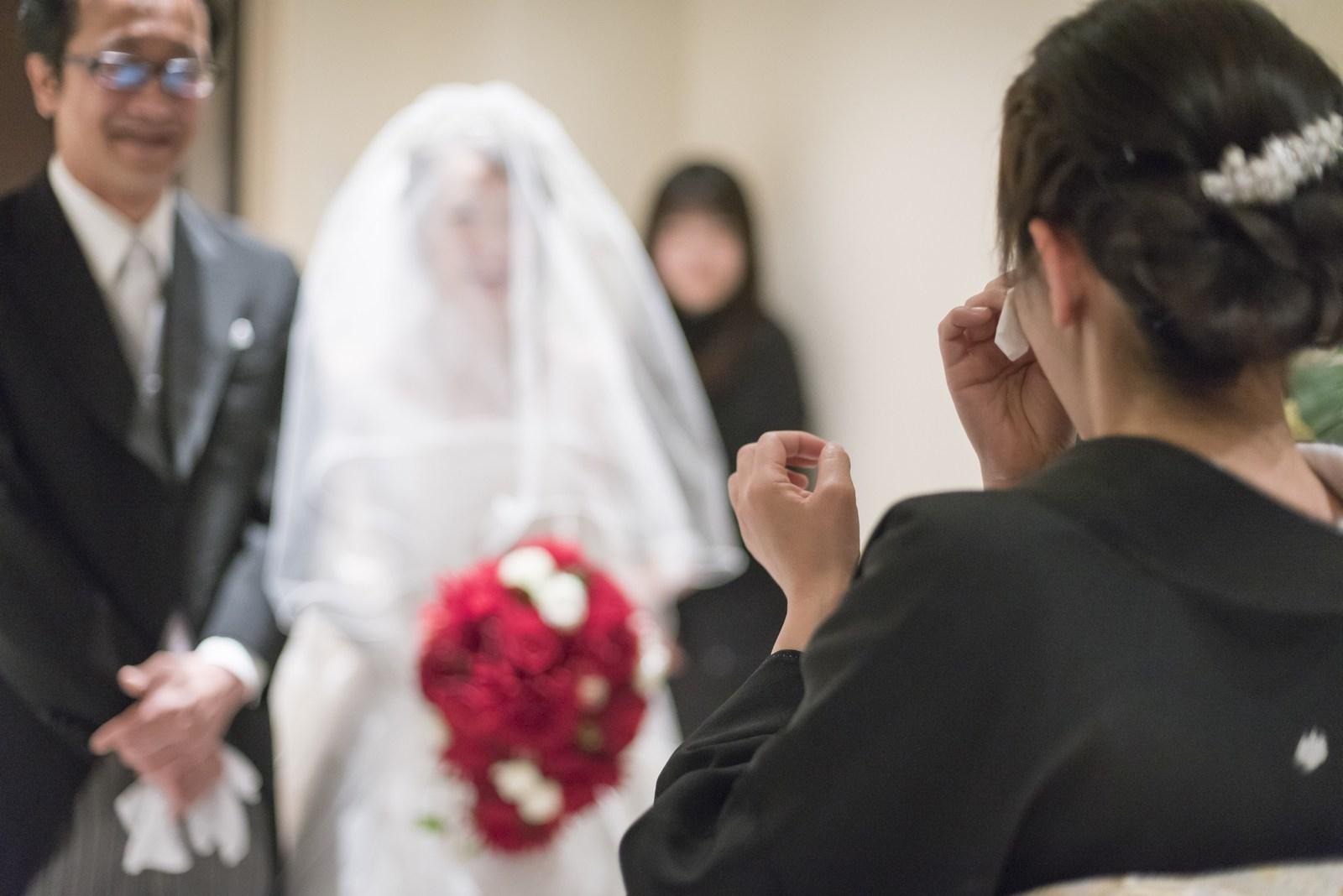 高松市の結婚式場アイルバレクラブのチャペルでの入場シーンに涙ぐむお母様