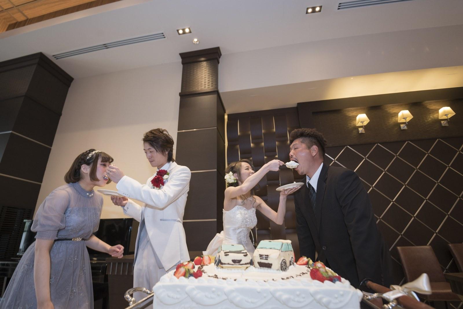 高松市の結婚式場アイルバレクラブでゲストにファーストバイトをする新郎新婦