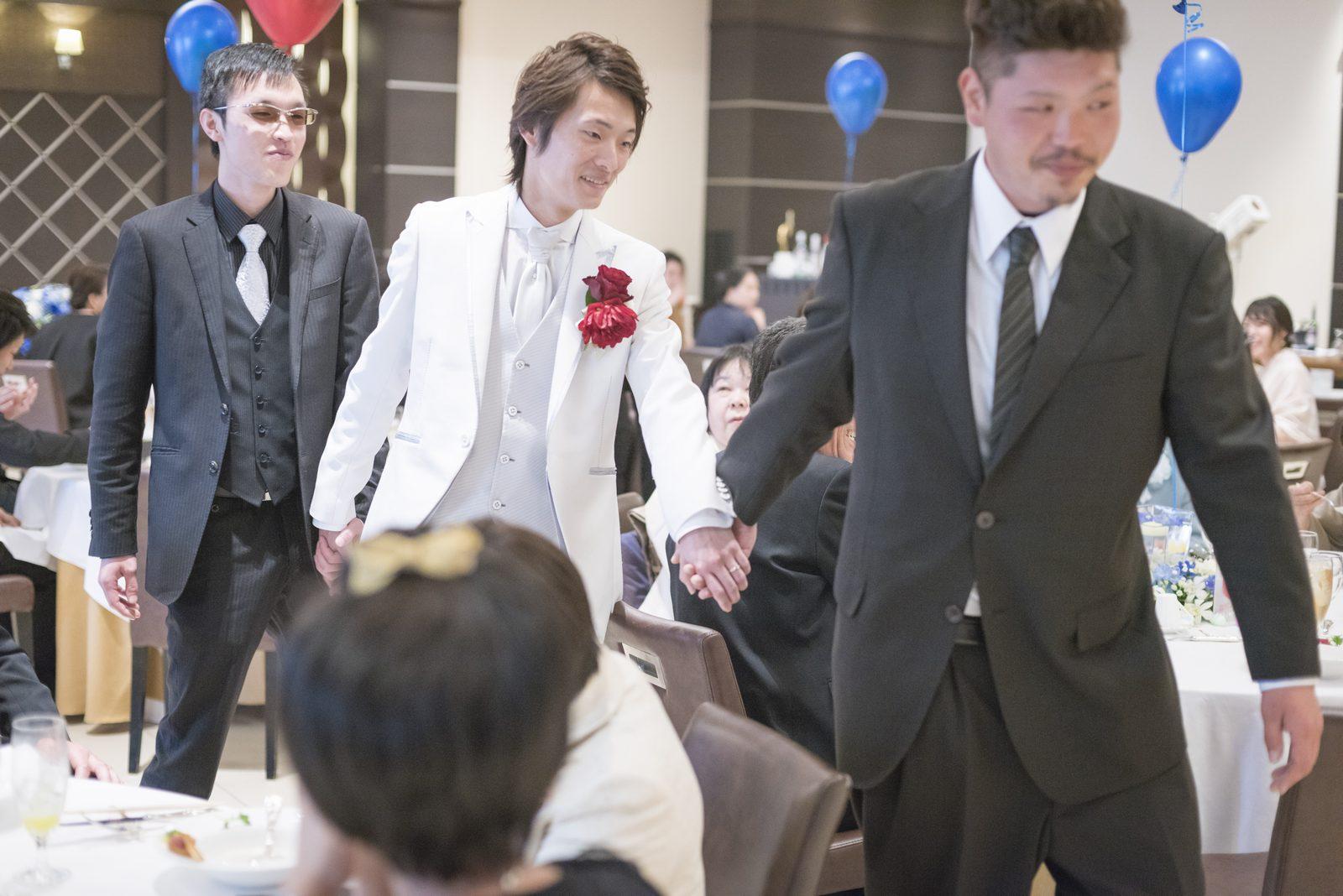 高松市の結婚式場アイルバレクラブでご友人と退場する新郎
