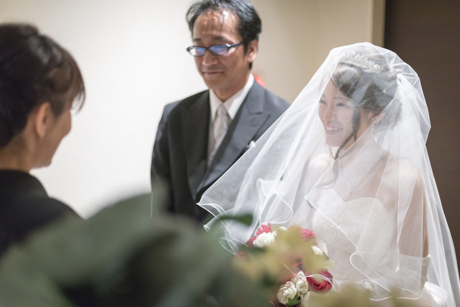 高松市の結婚式場アイルバレクラブのチャペルでの入場シーン