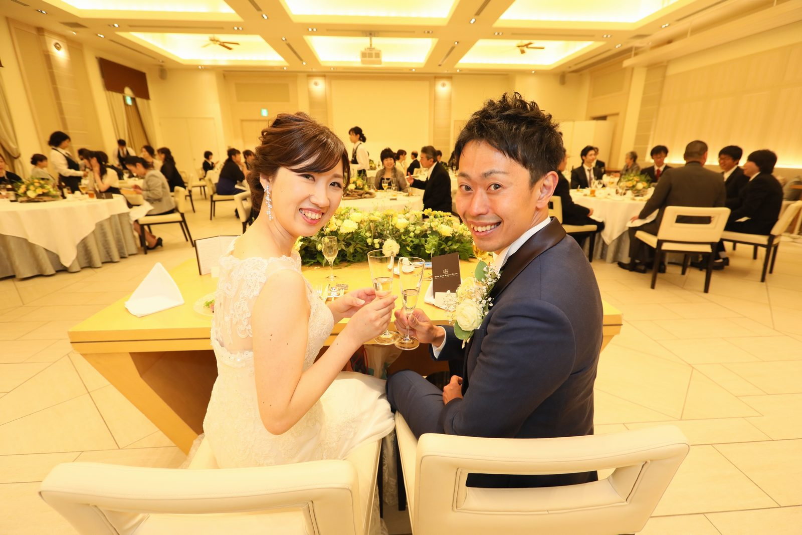 高松市の結婚式場アイルバレクラブの披露宴 新郎様新婦様で仲良く乾杯♪