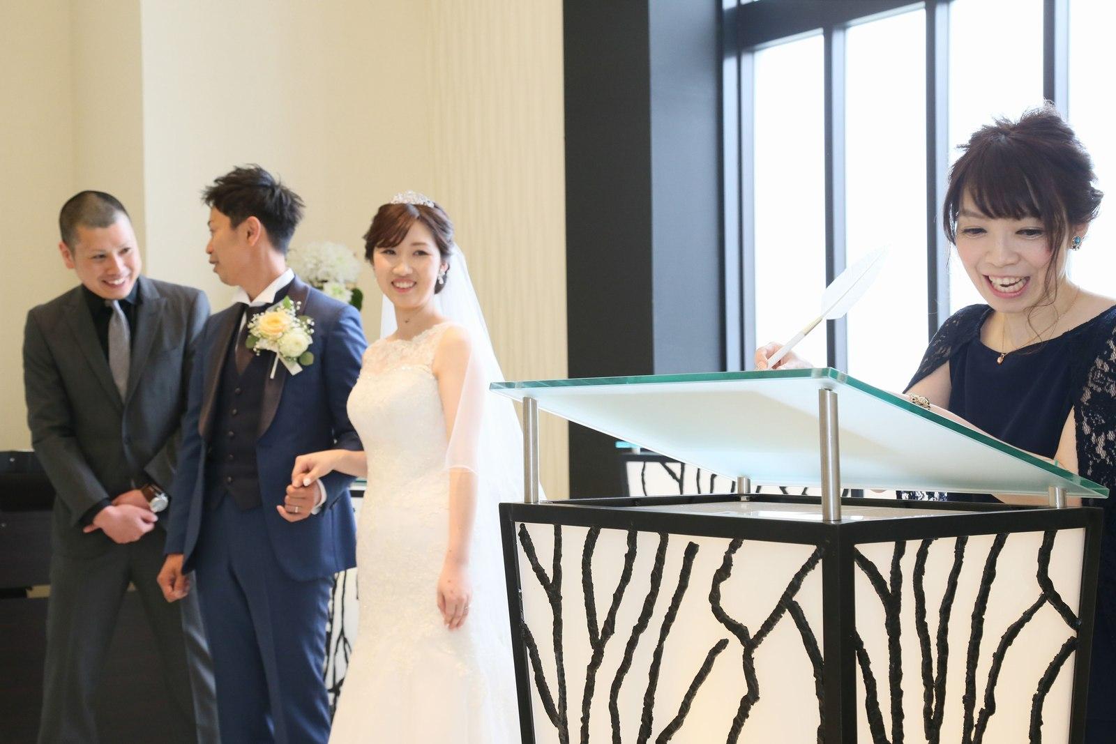高松市の結婚式場アイルバレクラブの結婚式 立会人としてご友人様に結婚証明書にサインを頂きます