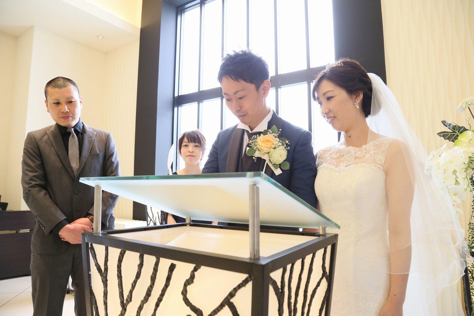 高松市の結婚式場アイルバレクラブの結婚式 結婚証明書に今お二人のサインが。