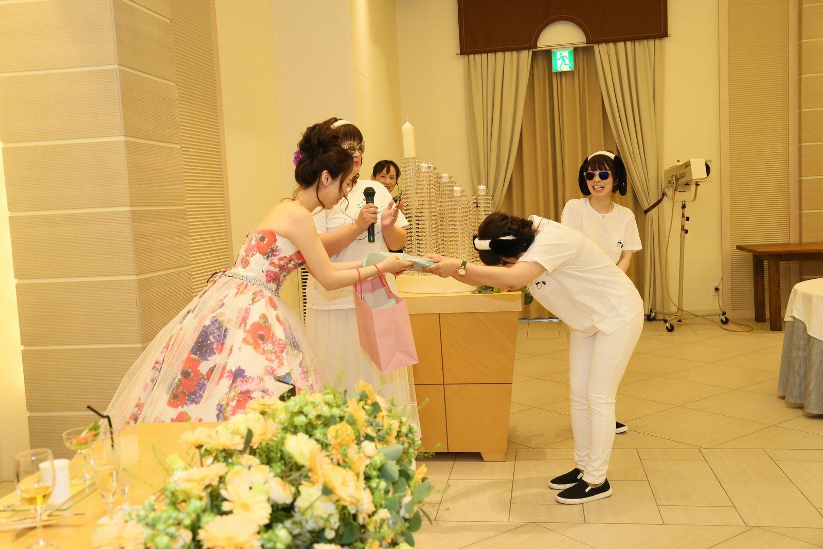 高松市の結婚式場アイルバレクラブの披露宴 余興でサプライズプレゼント!