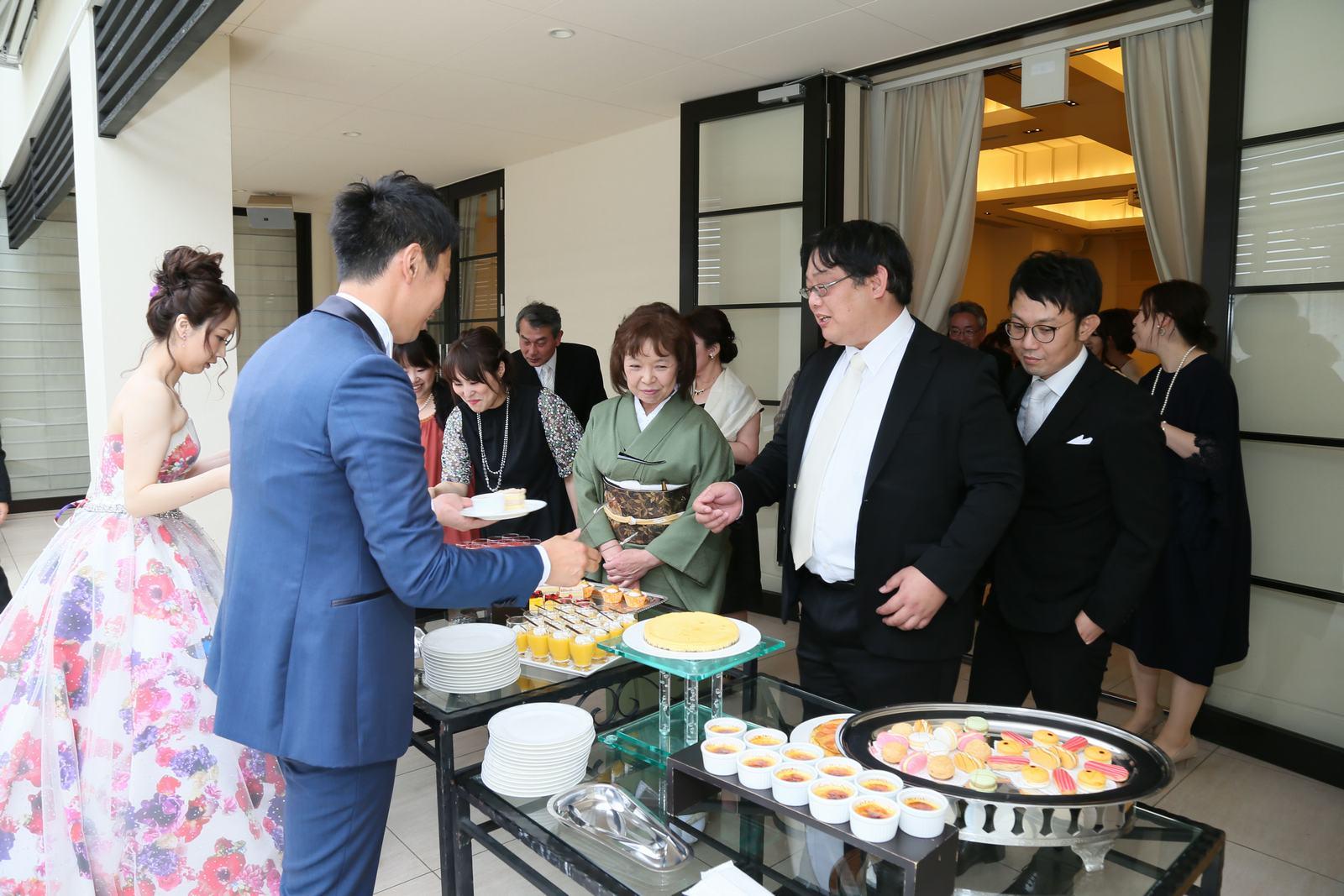 高松市の結婚式場アイルバレクラブのデザートブッフェ ご来賓の方やご友人様と一緒にお楽しみいただいてます。