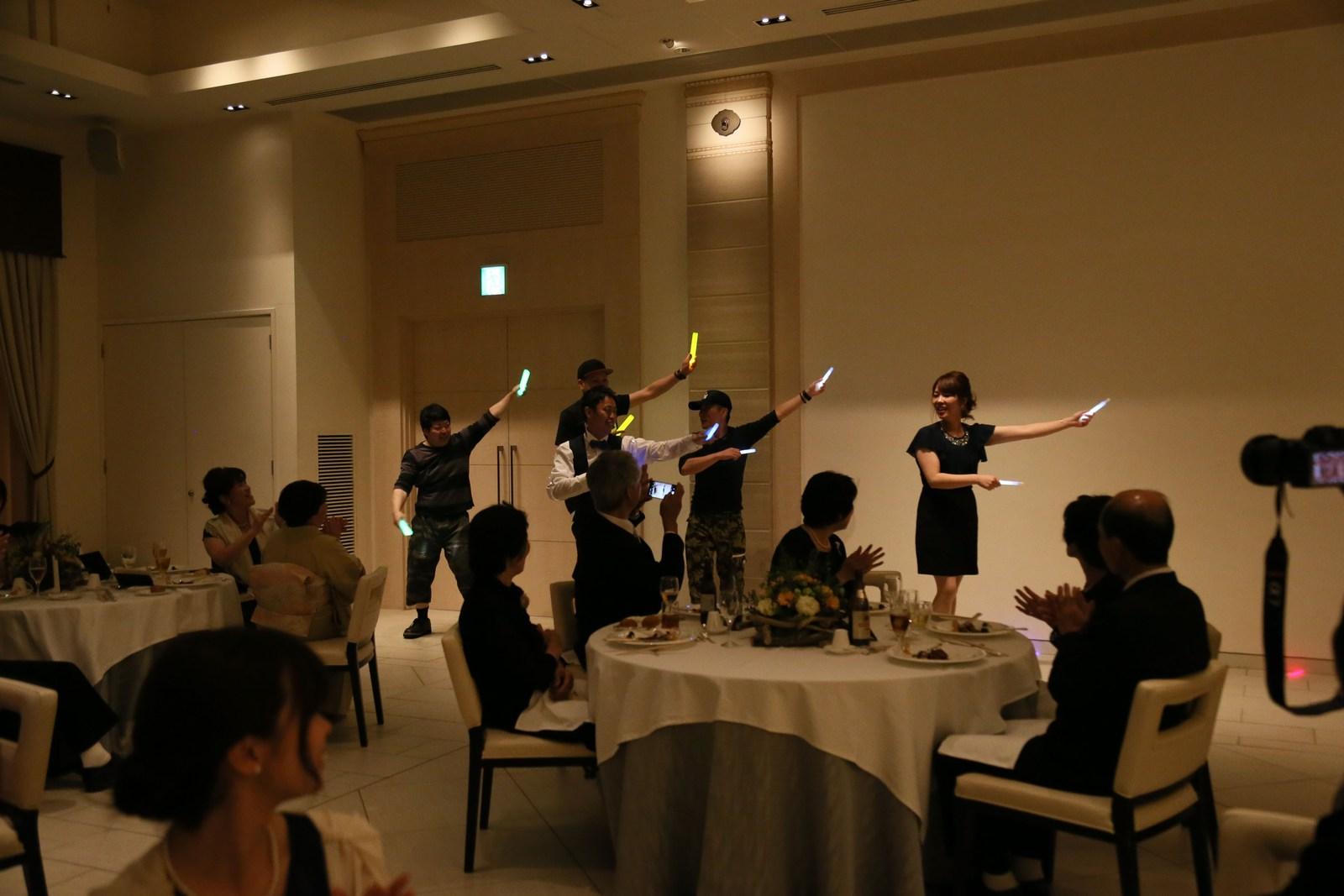 高松市の結婚式場アイルバレクラブの披露宴 余興タイムで皆様ご一緒手拍子を!