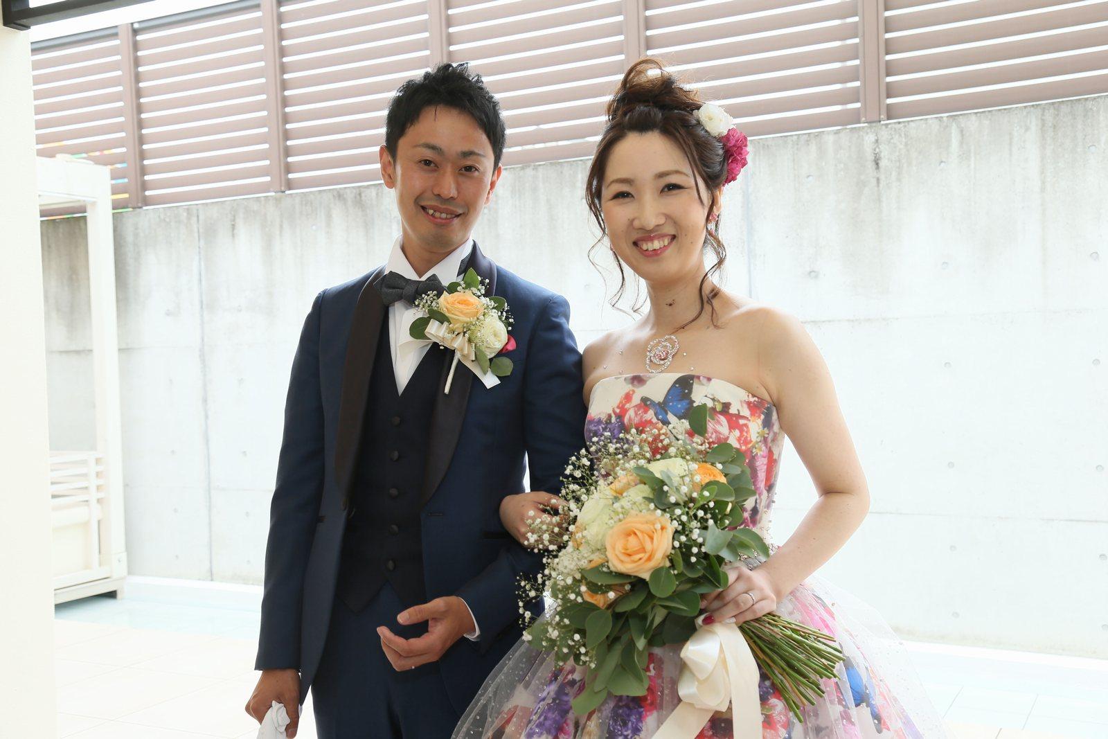 高松市の結婚式場アイルバレクラブの披露宴 会場への再登場前にお二人でパシャリ。