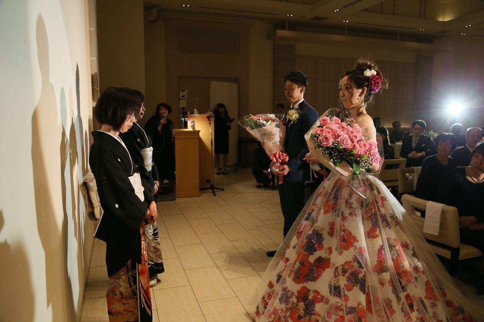 高松市の結婚式場アイルバレクラブの披露宴 今までの感謝をこめてお母様に花束を