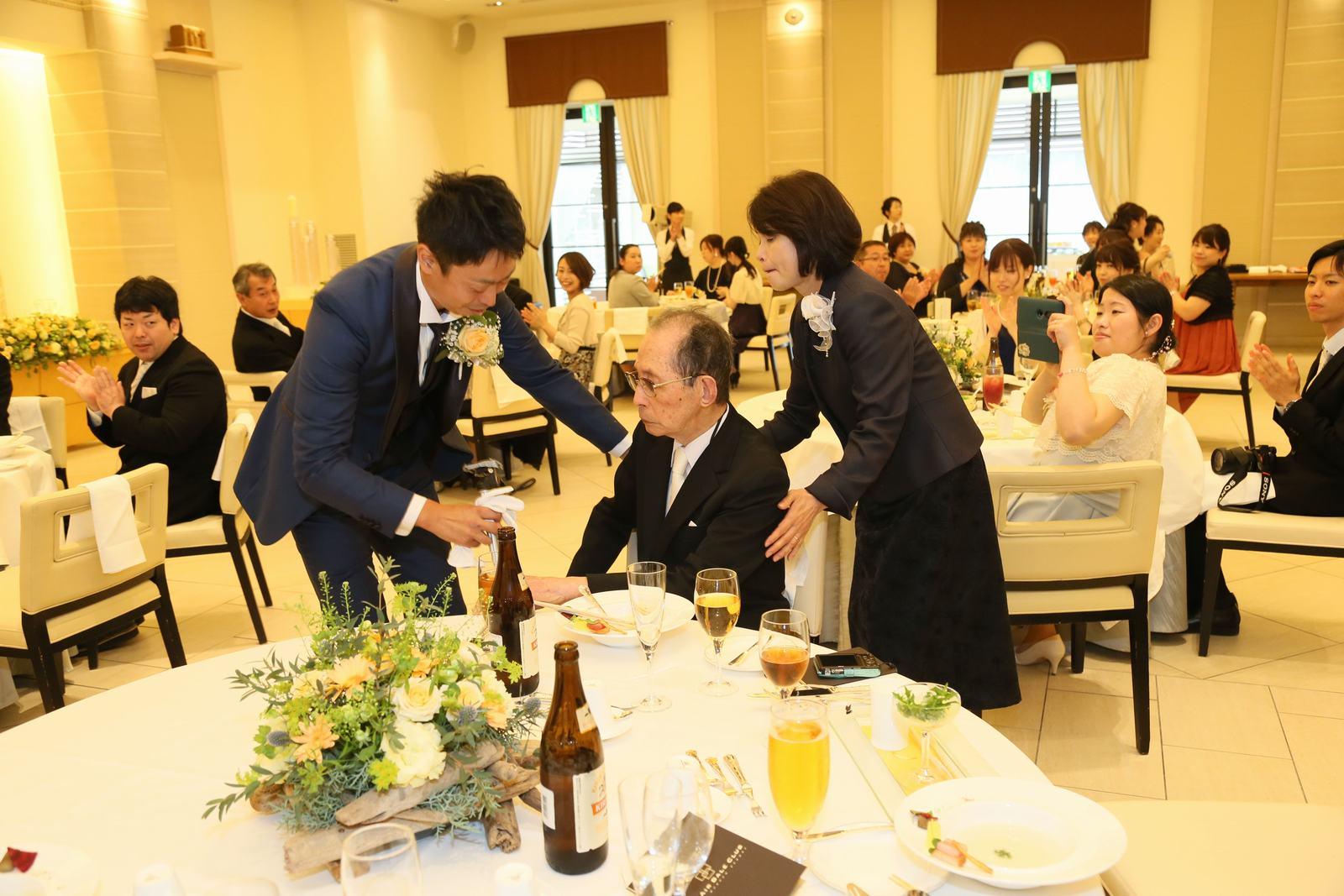 高松市の結婚式場アイルバレクラブの披露宴 新郎様が席までお出迎え