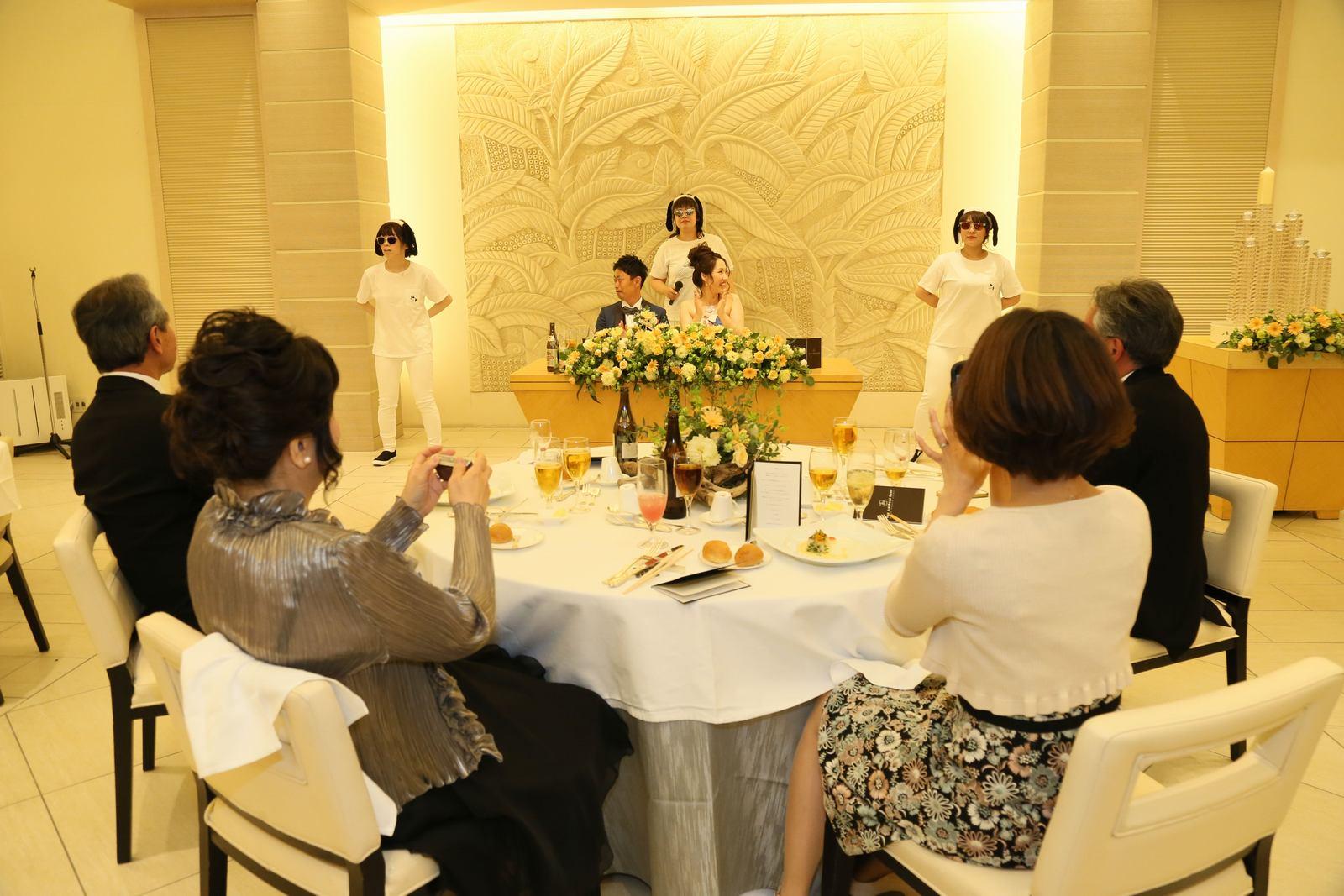 高松市の結婚式場アイルバレクラブの披露宴 余興を写真で撮影されて皆様お楽しみ