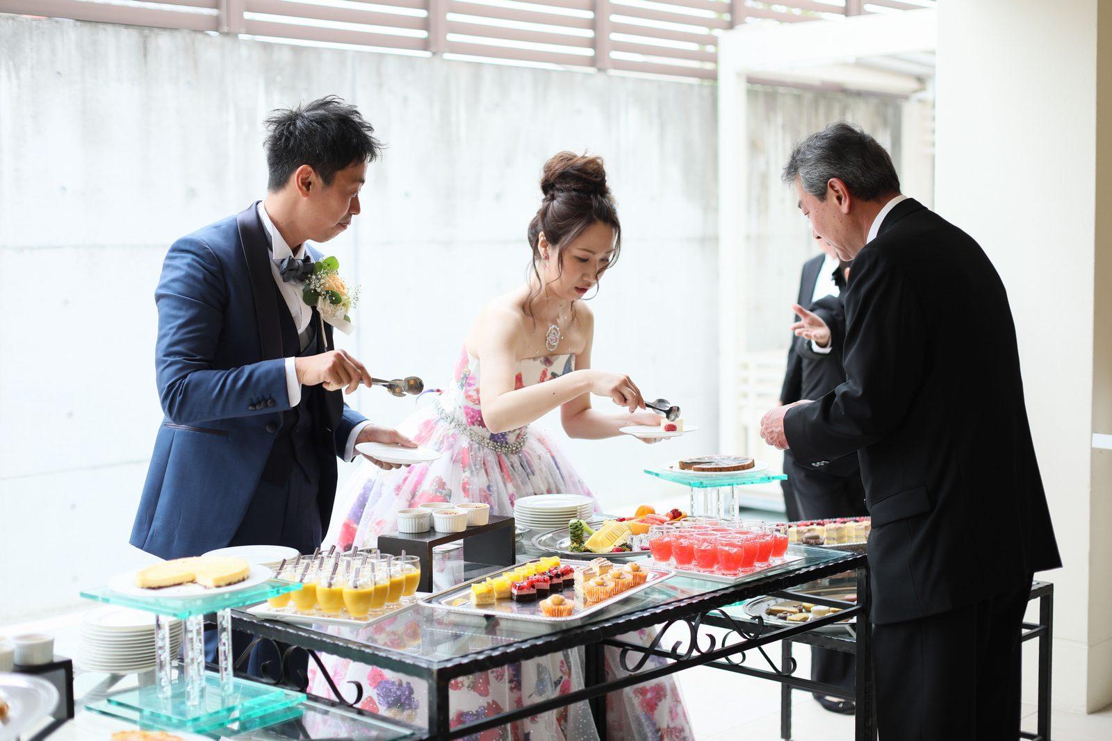 高松市の結婚式場アイルバレクラブのデザートブッフェ 新郎様新婦様自ら料理をお渡しして感謝の想いをお届け