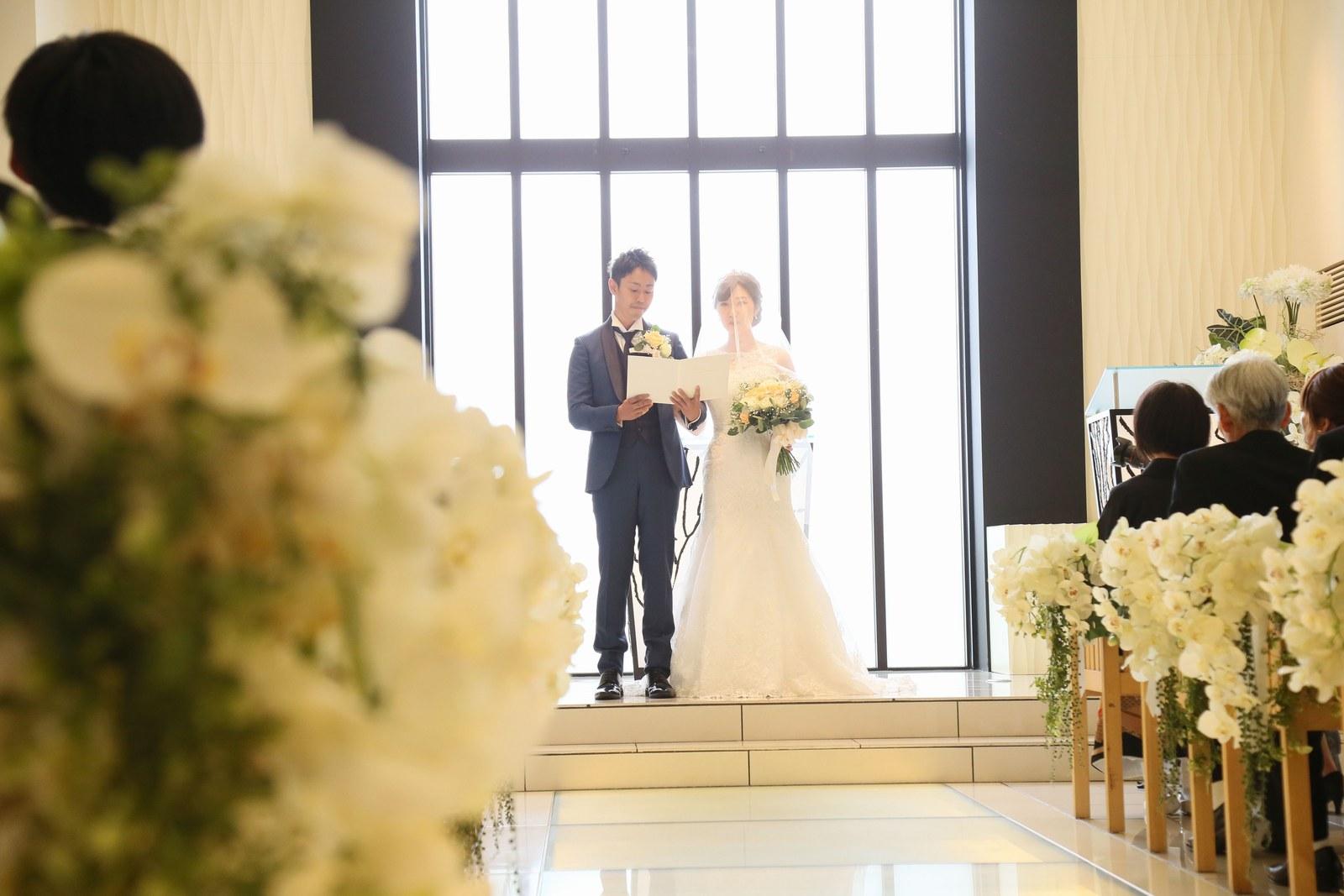 高松市の結婚式場アイルバレクラブの結婚式 ゲストの皆様の前で、お二人の誓いの言葉