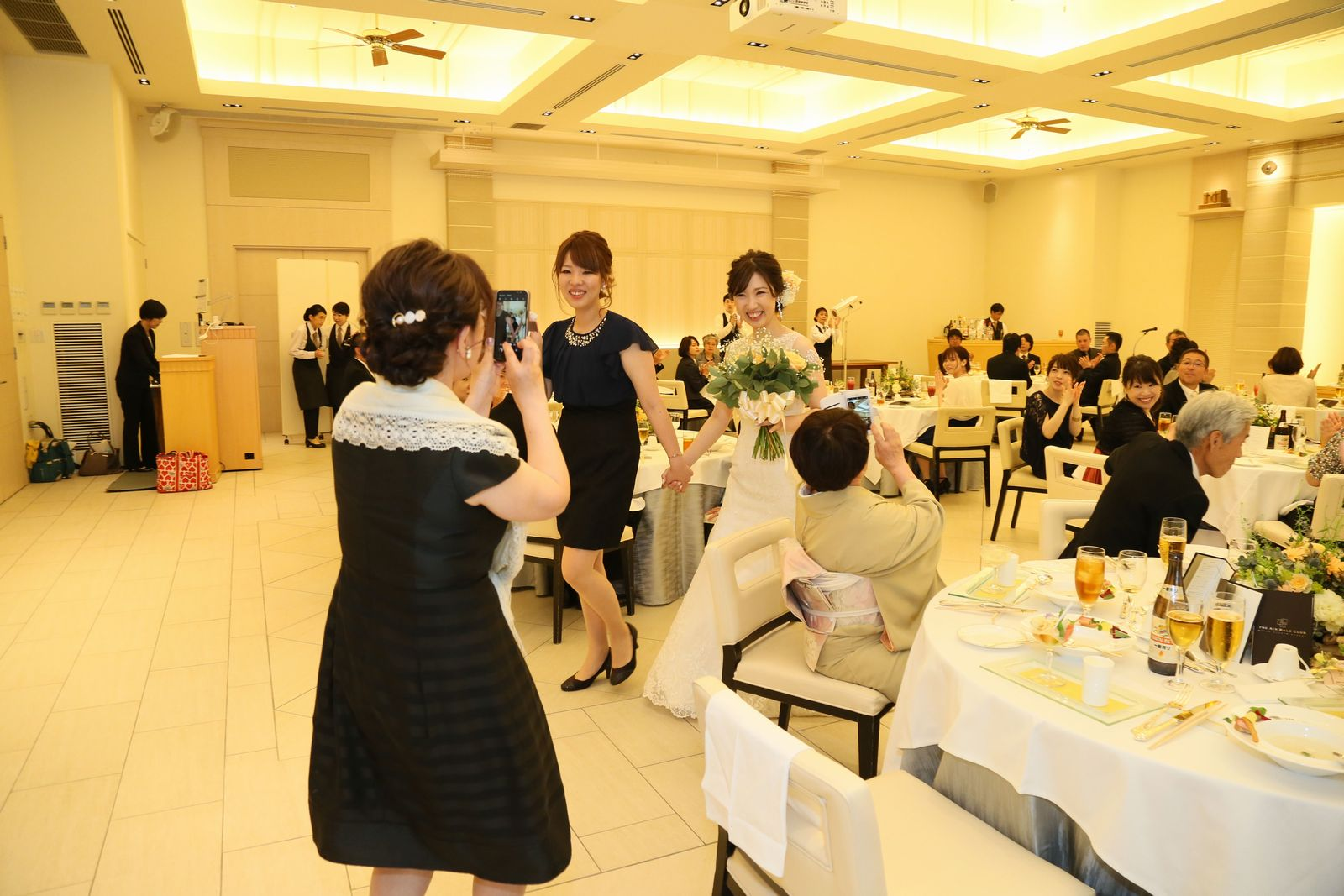 高松市の結婚式場アイルバレクラブの披露宴 新婦様、お色直しのためにご退場