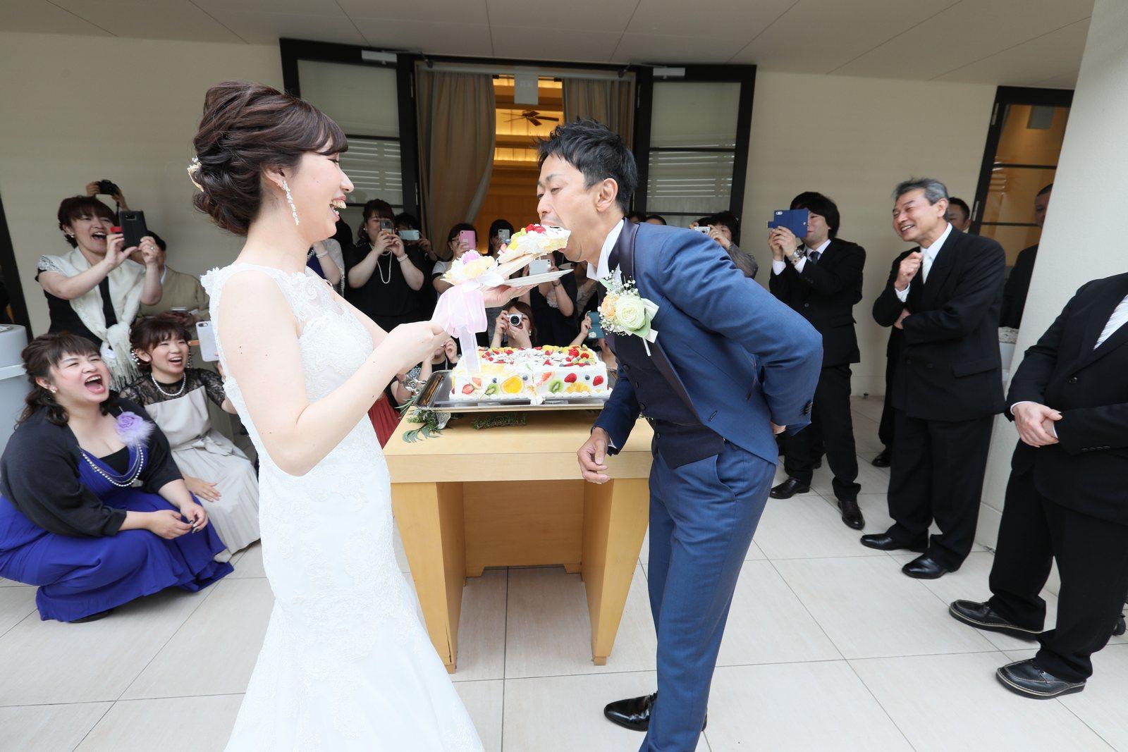 高松市の結婚式場アイルバレクラブのウェディングケーキ 新郎様の大きなファーストバイトに皆様もニッコリ