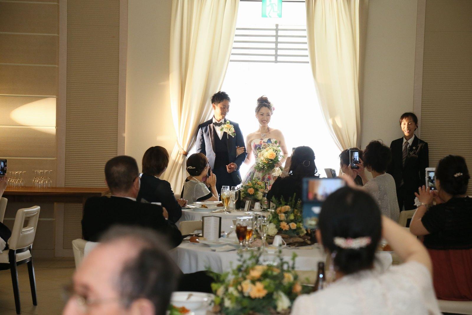 高松市の結婚式場アイルバレクラブの披露宴 お色直しを済ませてガーデンから再登場